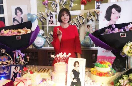 穿红裙办生日派对!50岁周海媚越发有少女感了