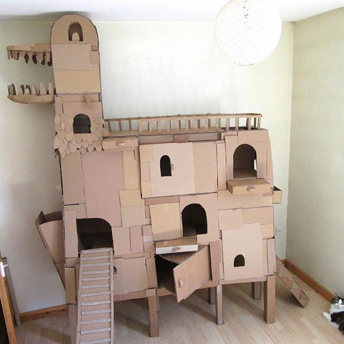 因为他极具创意地给自家喵做了个纸板猫塔,硬生生把diy猫窝玩到了一个
