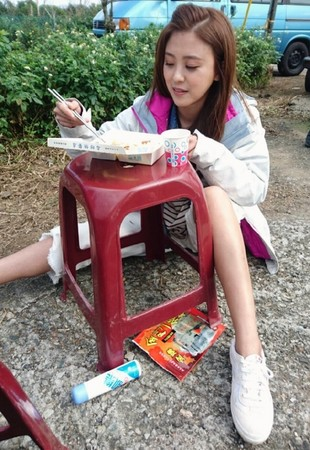 卓文萱拍戏膝盖伤复 低温13度坐地上吃饭:容易