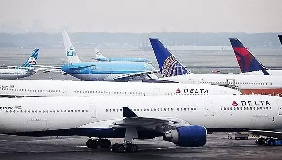 达美航空公司飞机资料图 民航华东管理局就此事对美国达美航空公司实施了行政约见,严肃指出事件中美国达美航空公司安全管理方面存在问题,要求其认真吸取教训,严格遵守规章,深入分析安全隐患,规范运行手册,加强飞行员培训工作,建立有效信息报送渠道,确保在中国的运行安全,回应社会关切。美国达美航空公司对相关情况进行了说明,并将整理相关情况形成正式报告提交给民航华东局。 下一步,华东局将结合此事件对美国达美航空公司进行安全评估,对在辖区运行的外国航空公司发布安全通告,提出具体要求。 上海虹桥机场两东航飞机险相撞 今年