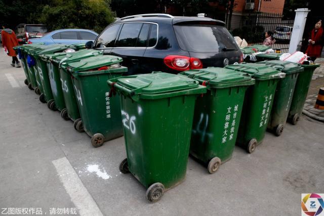 汽车被垃圾桶包围完整图片