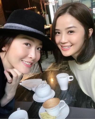 蔡卓妍周丽淇姐妹相聚 皮肤白嫩少女感十足