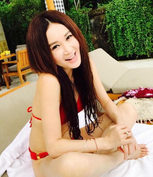 50岁温碧霞穿比基尼 背美腿白不输少女
