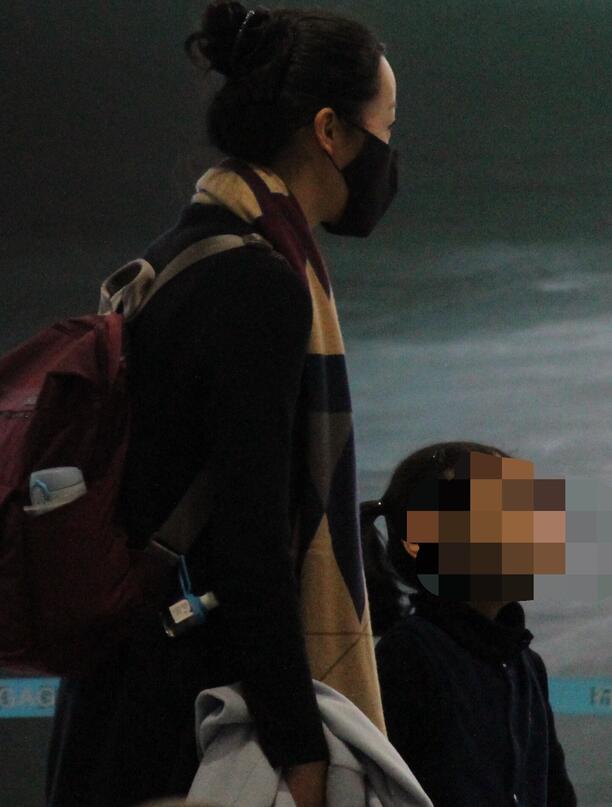 韩雪紧牵小女孩快速离开机场 疑似隐婚被曝光