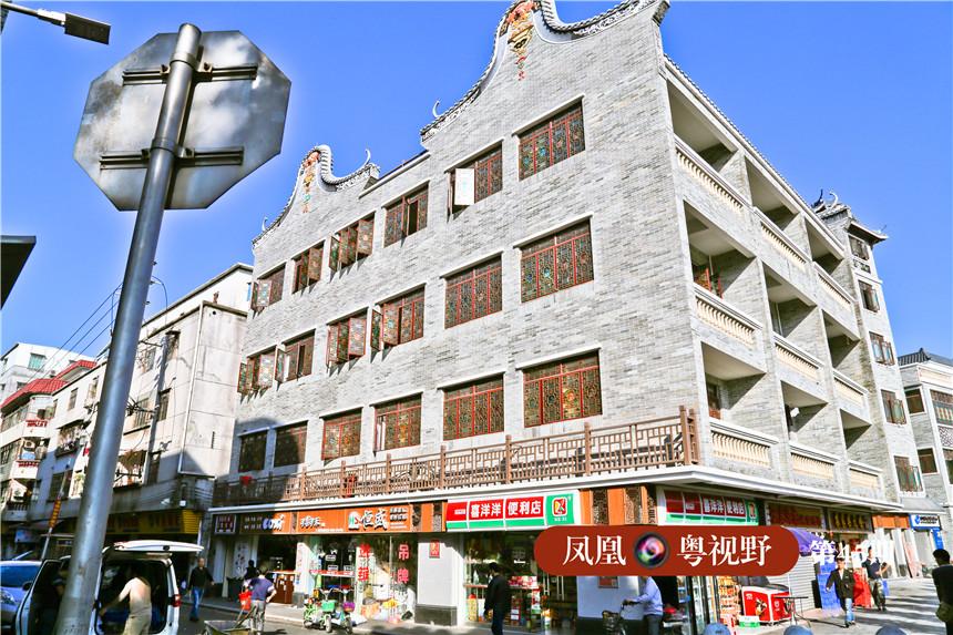上涌村道路两旁的建筑物经过改造后,原本脏兮兮的城中村厂房变成了庄重典雅的岭南仿古建筑。