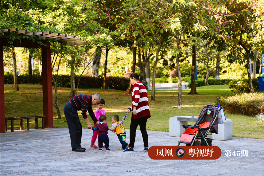 赤岗塔公园附近,老人小孩各得其乐。