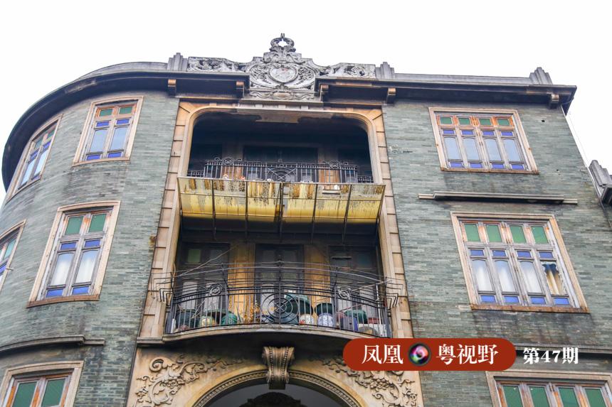那些保留着100年前旧貌的骑楼、艳丽的满洲窗、气派的趟栊门、斑驳的砖墙及麻石路令人应接不暇。
