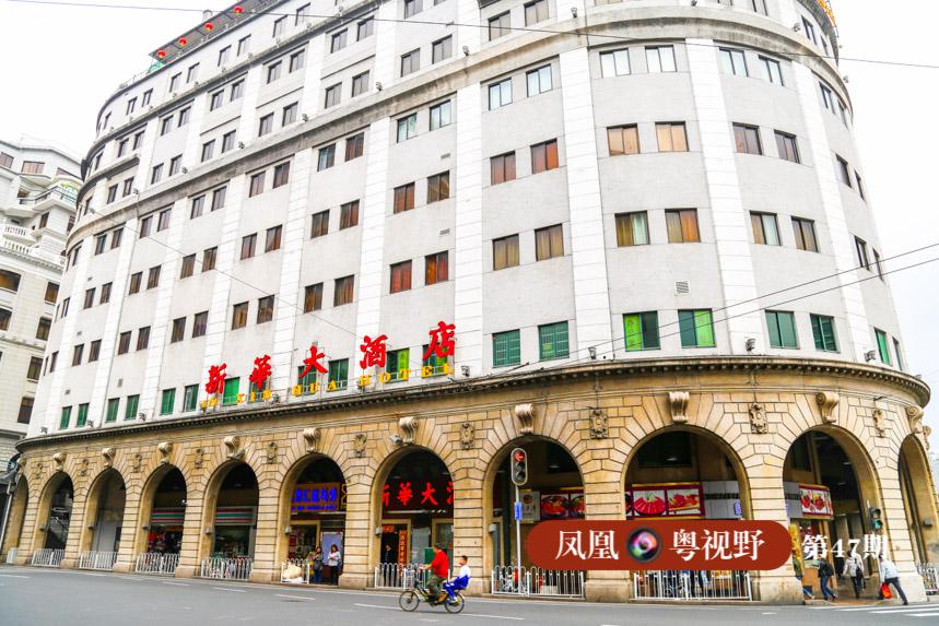 新华大酒店底层骑楼为券廊式,部分还运用简化了的罗马柱式,使其罗马风格更为浓郁。