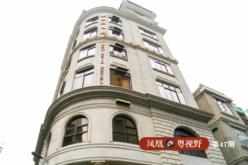 """与之相邻的新亚大酒店当年被称为""""南华第一楼"""",其建筑群气势宏伟、气派豪华,线角明朗且细节丰富。"""
