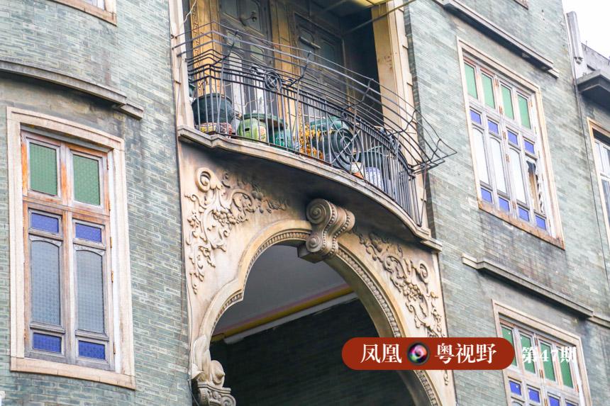 """百年前,广州建起来的骑楼标遍布老城区,一度成为民居的主流样式。至今,人们提起广州,脑海里还会浮现出长长的骑楼街影像。作为""""中国近代骑楼街的发祥地"""",广州早已将""""骑楼""""这种文化烙印,刻在了市民的心中。"""