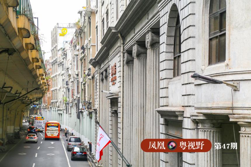 新亚大酒店为古典欧陆式建筑风格,凭借特有的经营方式和丰富的文化内涵而闻名中外,深受李宗仁、孙科、郭沫若、等文化名流、达官显贵的青睐。