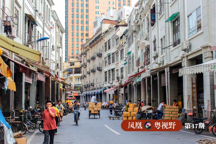 """清代以来,西风东渐,广州是明清时期全国重要的通商口岸,源于古希腊的外廊式建筑,开始传入广州,骑楼的雏形——""""十三夷馆""""开始在西关出现。"""