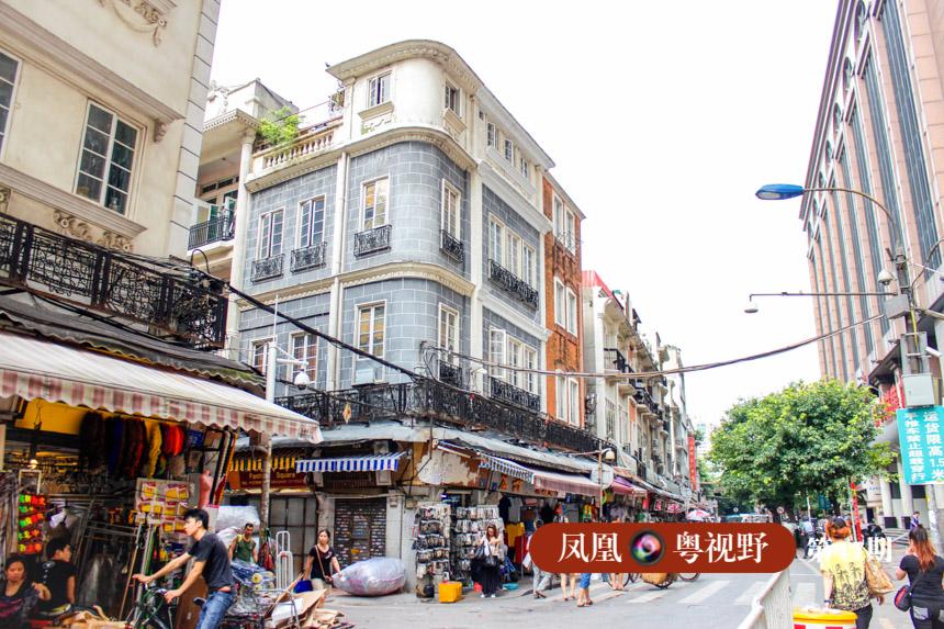"""这些商馆渐成规模,就出现了十三行夷馆的一条街,即我们如今所说的""""十三行街"""",也可以说是广州骑楼街的雏形。"""