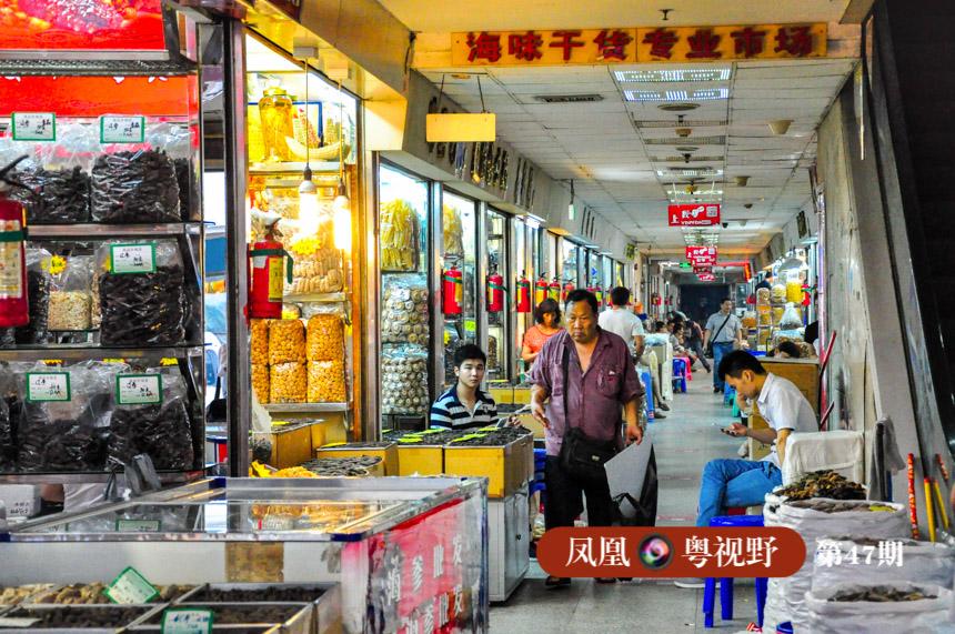 """由于当时广州的货运主要靠水路,栏口也大多设在珠江边。最大的果栏、菜栏、咸鱼栏集中在一德路南侧,广州人一说""""去三栏"""",就知道是去一德路。后来海味、干果食杂的批发市场,也都集中在一德路,延续至今。"""