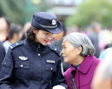 一名女警的朋友圈走红了