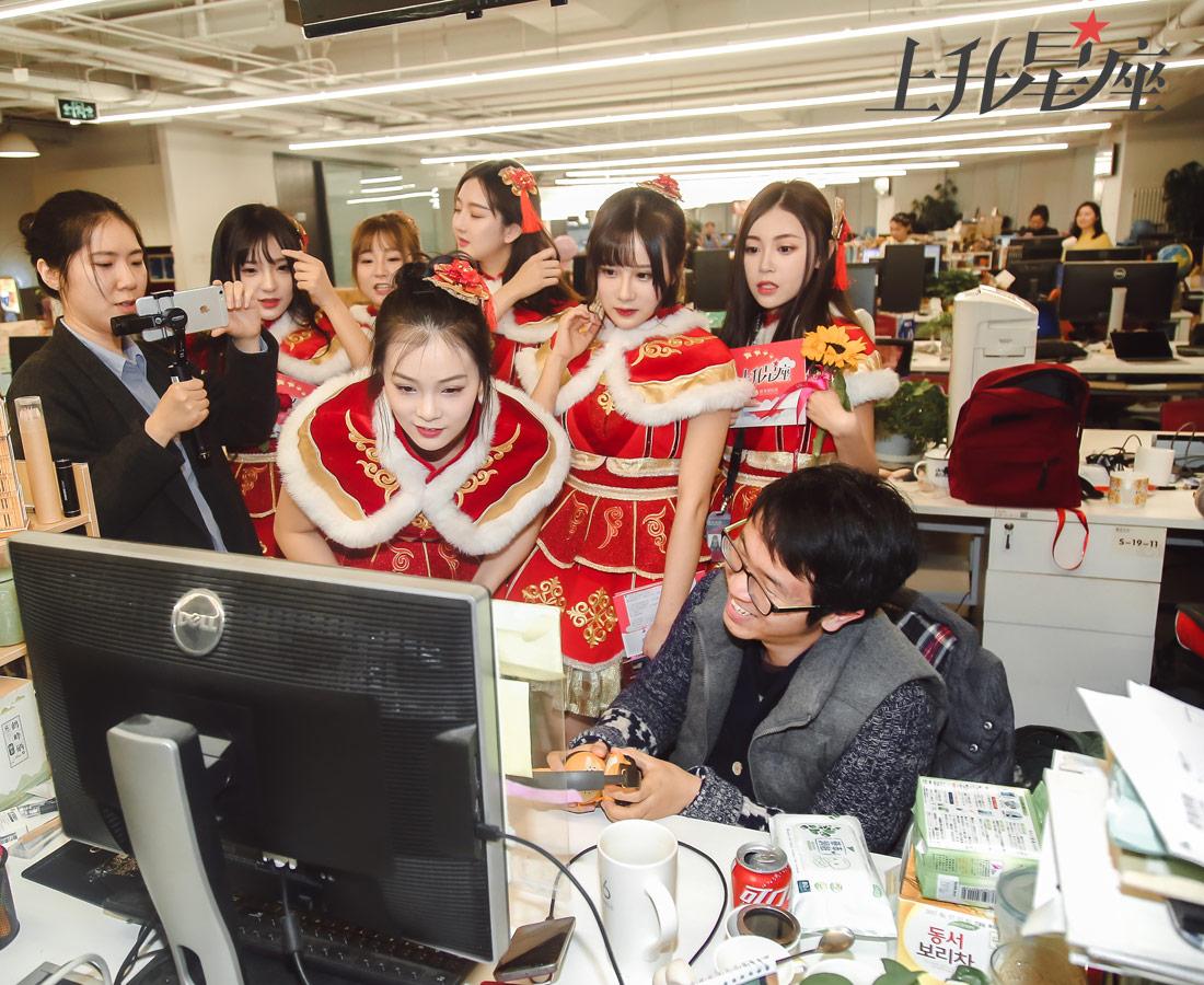 """当天的活动上升星座采取直播的形式,当经过娱乐小编的座位时,妹子们都围过来看自己在镜头前的样子,大叹:""""好神奇!""""。虽然只是一个短暂的下午,但BEJ48 TeamB为凤凰网员工带来了诚意十足的跨年惊喜,大家表示:""""希望她们还能再来!"""""""