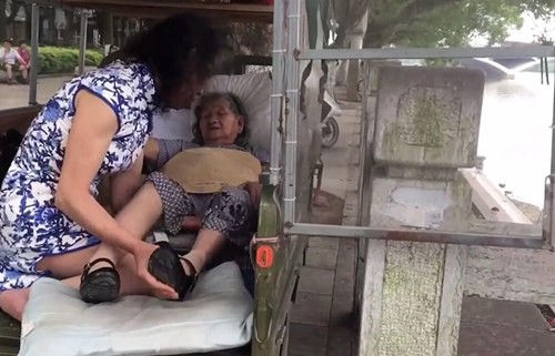 六合采开奖结果男子扮病逝妹妹照顾母亲20年:带着她街头吹笛卖艺