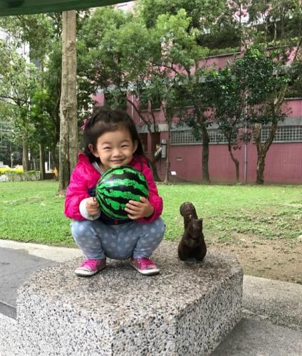 汪小菲陪小玥儿外出玩耍 只想带女儿飞到星星边