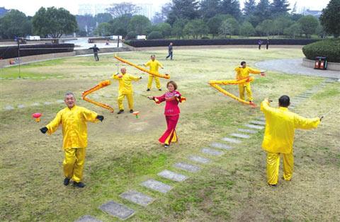 花式空竹团体表演。