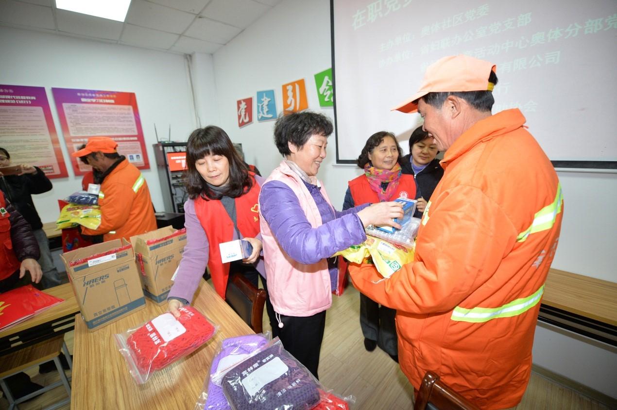 新春温暖送给城市可爱的人:志愿者与环卫工人过早年