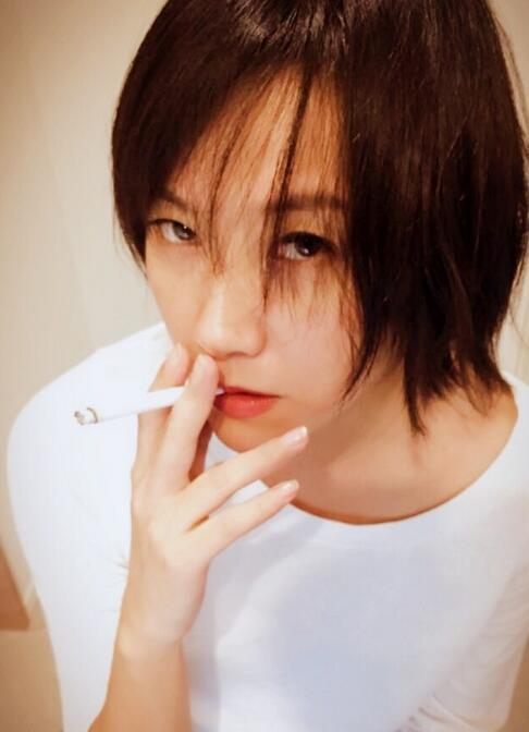 徐静蕾一头短发还叼着烟十分帅气 可她却说…