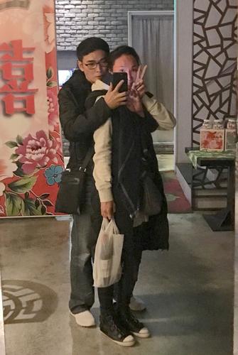 焦恩俊深夜拥抱老婆自拍 甜蜜表白:你脸红了(图)