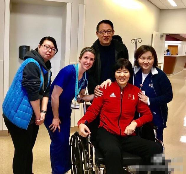 郎平术后回家报平安 坐轮椅仍穿女排队服