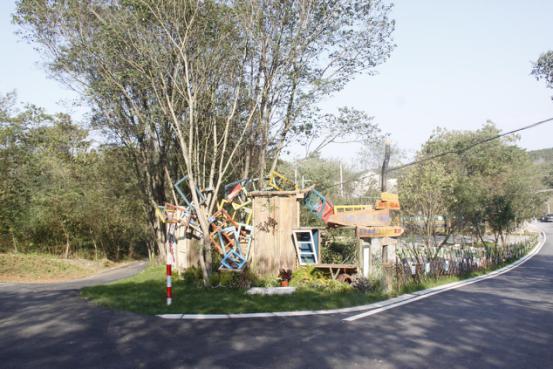 """文创店就是位于""""村口大树下那个很多洞洞的小房子"""",据说灵感来源于"""