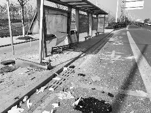 南京一轿车失控冲向公交站台 致一死三伤(图)
