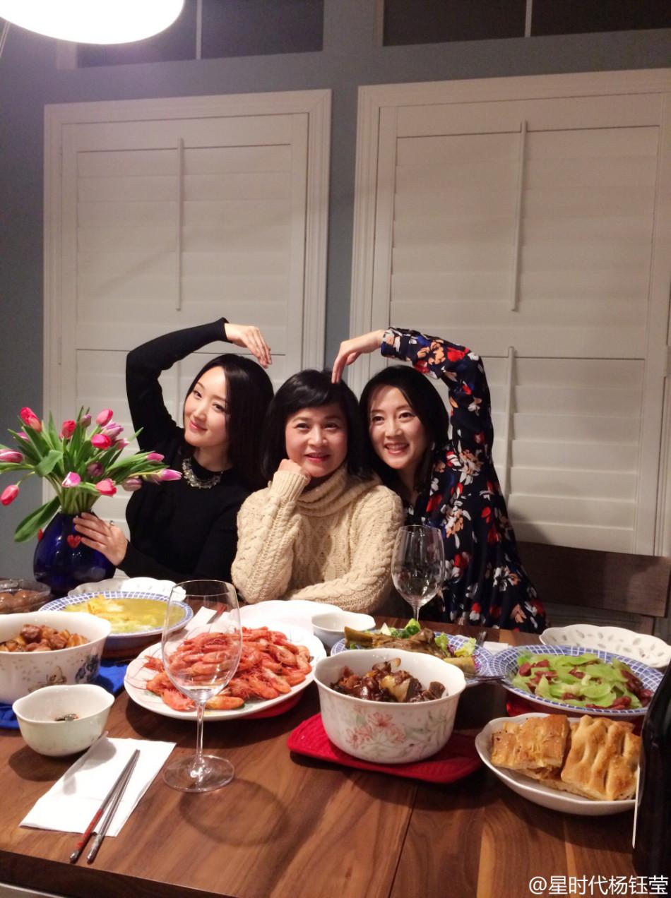 杨钰莹与友人聚餐晒照 插花弹琴尽显温雅