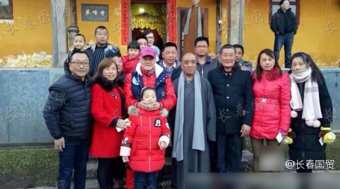 60岁赵本山迎来本命年 一身红衣赴九华山祈福