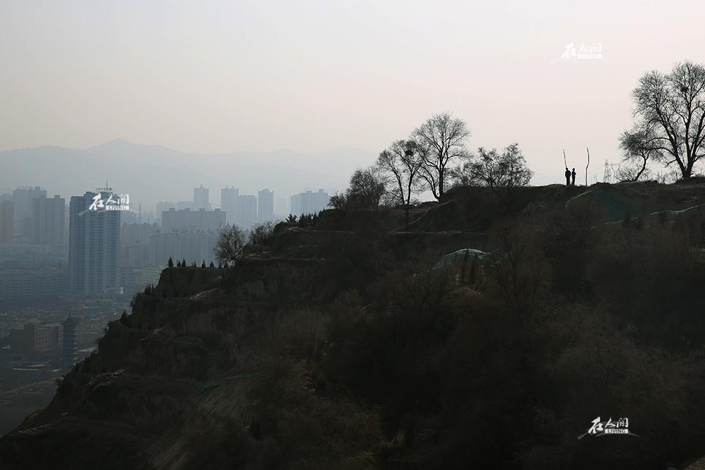 从北塬山上眺望正在建设的新城区。残垣黄土之后,正是一片鳞次栉比的水泥森林。