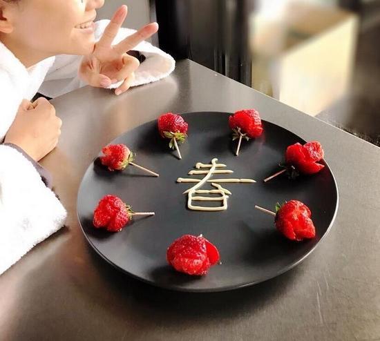 陈小春应采儿结婚7周年恰逢情人节 串7颗草莓做玫瑰