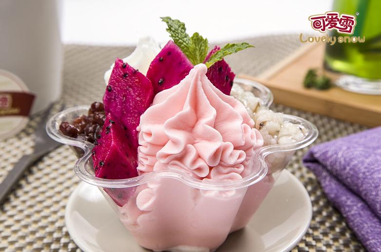 可爱雪冰淇淋建立严格的食材筛选标准,精选优质原材料,确保冰淇淋美食的品质。同时,可爱雪冰淇淋在冰淇淋美食的制作过程中严把质量关,杜绝使用任何食品添加剂、香精、色素等成分。 不同于一般甜品制作的粗糙,可爱雪冰淇淋为了提升冰淇淋美食的口感,更推出了全智能化操作系统。可爱雪智能冰淇淋机是集一流技术水准,传承卡比詹尼尖端冰淇淋制作工艺推出的高端冰淇淋制作设备,因而其制作的冰淇淋美食是正宗的意式风味。