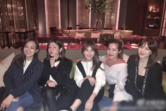 变辣妈!陈妍希产后元气似少女 与美貌闺蜜们聚会