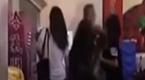 见女友遭五名女子围攻 男子冲上来瞬间