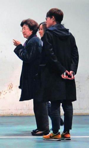 庾澄庆携爱妻看演唱会 女方怀胎5月仍照顾婆婆