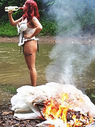 女子烧毁万元婚纱庆祝离婚