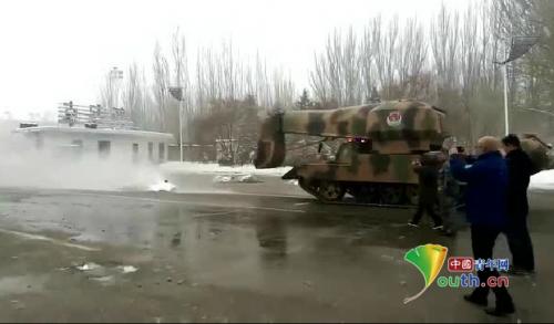 内蒙古包头除雪出动坦克 底盘还加装飞机发动机