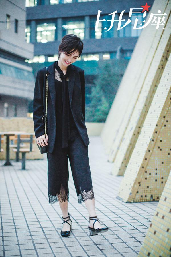 当天北京的风很大,时刻许久才重回母校的她,穿着单薄衣服出镜,看起来十分清瘦。