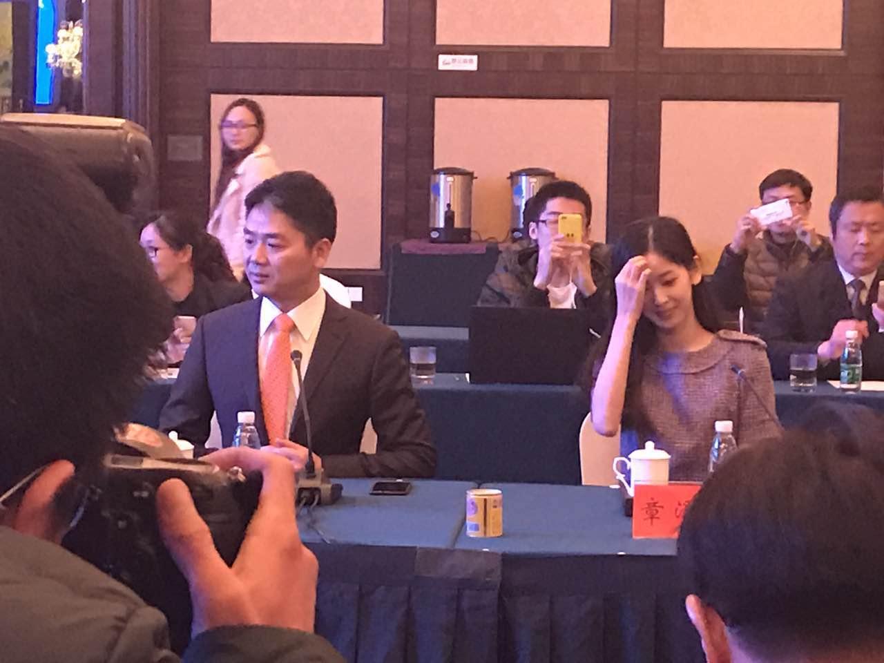 刘强东携妻返乡做公益:捐赠亿元,引进学校的照片