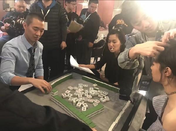 黄立行组局打麻将 徐静蕾跷二郎腿叼烟好霸气(图)