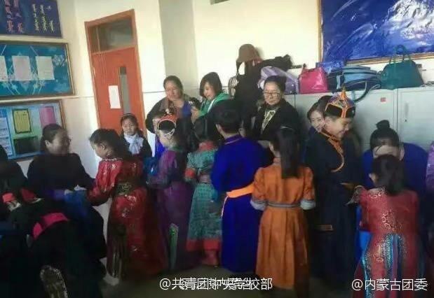 内蒙古开学日 小学生穿袍子骑马上学