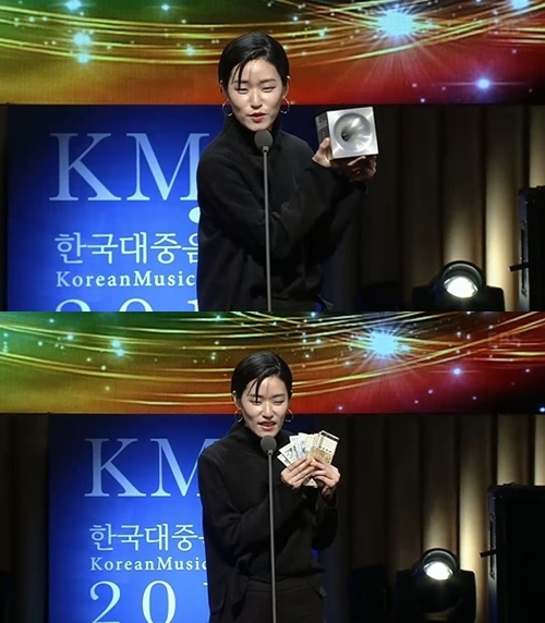 韩女歌手月收入不足三千,颁奖典礼现场拍卖奖杯