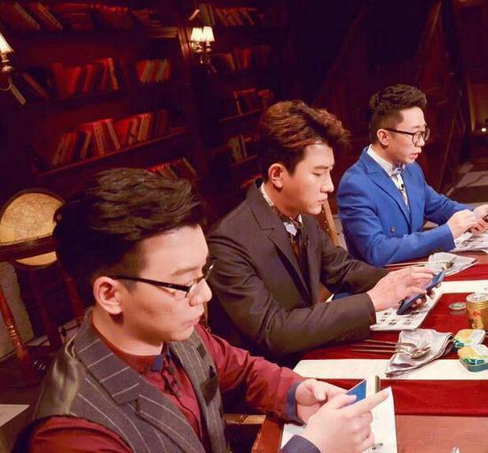 斗地主呢?大左与杨迪陈铭排排坐刷手机(图)