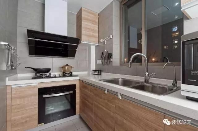 厨房采用灰色水泥砖,木纹橱柜柜门