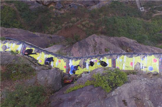3月7日,岳阳市平江县国家地质公园石牛寨景区悬崖栈道油菜花3d立体画