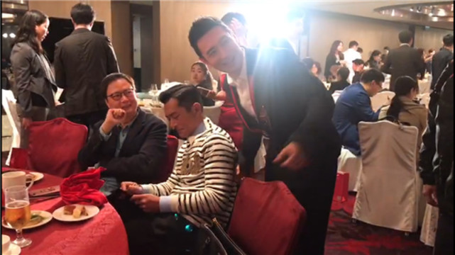 黄晓明做了件超暖心的事 替员工向古天乐要签名