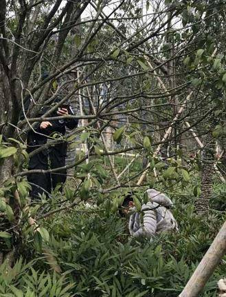 """浙江:警察拉警戒线正拍照 """"尸体""""突然坐了起来"""