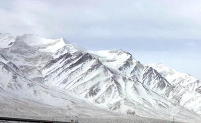 海拔6178米的玉珠峰被春雪覆盖